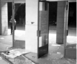 湘潭大学考研学生凌晨上演抢座大战 挤破玻璃门
